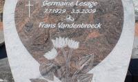 Zandstralen datum en inkleuren volledige tekst op grafzerk ter plaatse op kerkhof